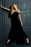 Blonde Frauenmodelldame im klassischen schwarzen Kostüm Lizenzfreie Stockfotos