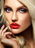 Blonde Frauenmodelldame mit hellem Make-up und den roten Lippen Stockfotografie