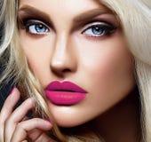 Blonde Frauenmodelldame mit hellem Make-up und den roten Lippen Stockbilder