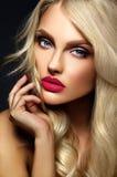Blonde Frauenmodelldame mit hellem Make-up und den roten Lippen Lizenzfreies Stockfoto