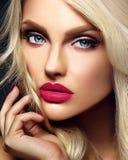 Blonde Frauenmodelldame mit hellem Make-up und den roten Lippen Lizenzfreie Stockfotografie