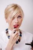 Blonde Frauenrougelippen mit roter Farbe Lizenzfreie Stockfotografie