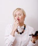 Blonde Frauenrougelippen mit roter Farbe Stockbild