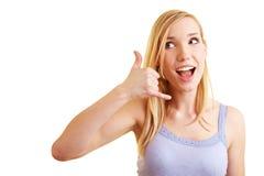 Blonde Frauenvertretungs-Aufrufgeste Lizenzfreie Stockfotos