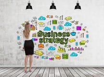 Blonde Frauenzeichnungs-Geschäftsstrategieskizze Lizenzfreie Stockbilder