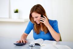 Blonde freundliche junge Frau, die auf Mobile sich unterhält Lizenzfreie Stockfotos
