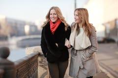 Blonde gaie pour une promenade dans la ville Photographie stock