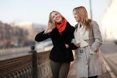 Blonde gaie pour une promenade dans la ville Photo stock