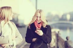 Blonde gaie pour une promenade dans la ville Images stock