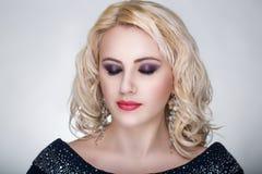 Blonde gelockte Frau Lizenzfreie Stockfotografie