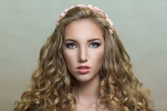 Blonde gelockte Frau Lizenzfreies Stockfoto
