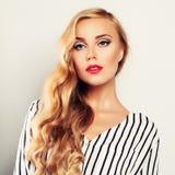 Blonde gelocktes Haar-Frau Stockbilder