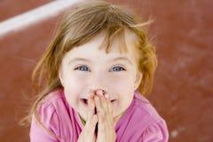 Blonde gelukkige het glimlachen meisje opgewekte lach Stock Foto's