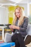 Blonde Geschäftsfrau Ablesensms Lizenzfreies Stockfoto