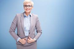 Blonde Geschäftsfrau auf blauem Hintergrund Lizenzfreies Stockbild