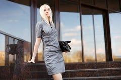 Blonde Geschäftsfrau auf den Schritten Lizenzfreie Stockfotografie