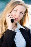 Blonde Geschäftsfrau auf Handy Stockbild