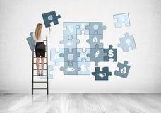 Blonde Geschäftsfrau auf Leiter, Geschäftspuzzlespiel Lizenzfreies Stockfoto