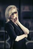 Blonde Geschäftsfrau der jungen Mode in der Sonnenbrille auf Stadtstraße Stockbilder