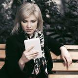 Blonde Geschäftsfrau der jungen Mode, die digitalen Tablet-Computer verwendet Stockfotos