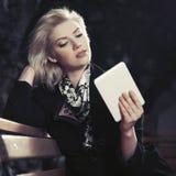 Blonde Geschäftsfrau der jungen Mode, die digitalen Tablet-Computer verwendet Stockfotografie