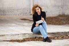 Blonde Geschäftsfrau der jungen Mode, die Tablet-Computer verwendet Stockfotos