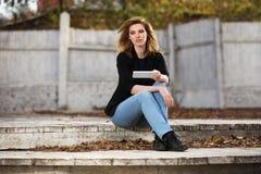 Blonde Geschäftsfrau der jungen Mode, die Tablet-Computer verwendet Lizenzfreies Stockfoto