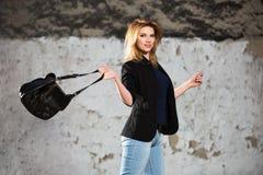 Blonde Geschäftsfrau der jungen Mode mit Handtasche gehend auf Stadtstraße Stockfotografie