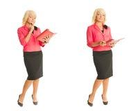 Blonde Geschäftsfrau in der roten Klage Lizenzfreie Stockfotos