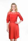 Blonde Geschäftsfrau der schönen Mode im roten Bürokleid Lizenzfreies Stockfoto