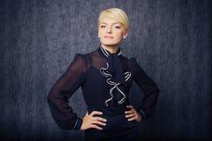 Blonde Geschäftsfrau in der schwarzen Klage Stockbilder