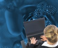 Blonde Geschäftsfrau, die auf Drehstuhl mit Laptop sitzt Lizenzfreies Stockbild