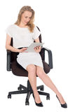 Blonde Geschäftsfrau, die auf einem Tablet-PC verwendet Stockbild