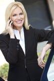 Blonde Geschäftsfrau, die auf ihrem Handy spricht Lizenzfreie Stockfotografie