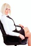 Blonde Geschäftsfrau, die auf Stuhl sitzt Stockfotos