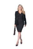Blonde Geschäftsfrau, die in den dunklen Anzug, lokalisiert auf Weiß geht Stockfoto