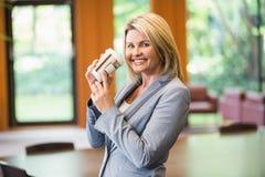 Blonde Geschäftsfrau, die einen Kaffee trinkt Stockfotos