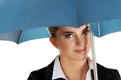 Blonde Geschäftsfrau, die einen Regenschirm hält Lizenzfreie Stockfotos