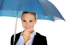 Blonde Geschäftsfrau, die einen Regenschirm hält Lizenzfreie Stockbilder