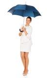 Blonde Geschäftsfrau, die einen Regenschirm hält Stockfotografie