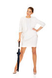 Blonde Geschäftsfrau, die einen Regenschirm hält Stockbilder