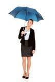 Blonde Geschäftsfrau, die einen Regenschirm hält Lizenzfreie Stockfotografie