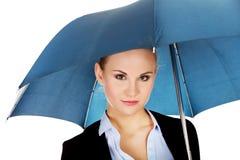 Blonde Geschäftsfrau, die einen Regenschirm hält Stockfotos