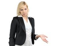 Blonde Geschäftsfrau, die etwas zeigt Stockfoto