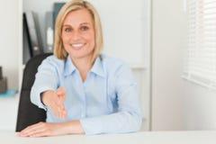 Blonde Geschäftsfrau, die Hand gibt Stockfotografie