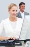 Blonde Geschäftsfrau, die an ihrem Computer arbeitet Lizenzfreie Stockbilder