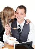 Blonde Geschäftsfrau, die ihrem Freund einen Kuss gibt Lizenzfreies Stockbild
