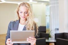Blonde Geschäftsfrau, die im Internet erforscht Stockbilder