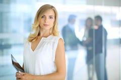 Blonde Geschäftsfrau, die Kamera betrachtet Lizenzfreies Stockbild
