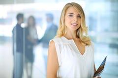 Blonde Geschäftsfrau, die Kamera betrachtet Lizenzfreies Stockfoto
